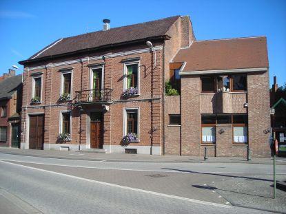 1280px-gemeentehuis_dorp_berlare_2011_05_25_00_024