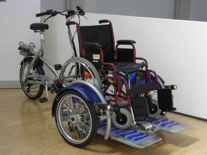 1200px-fahrrad_mit_rollstuhlplattform_van_raam_velo-plus_2_-_verkehrszentrum